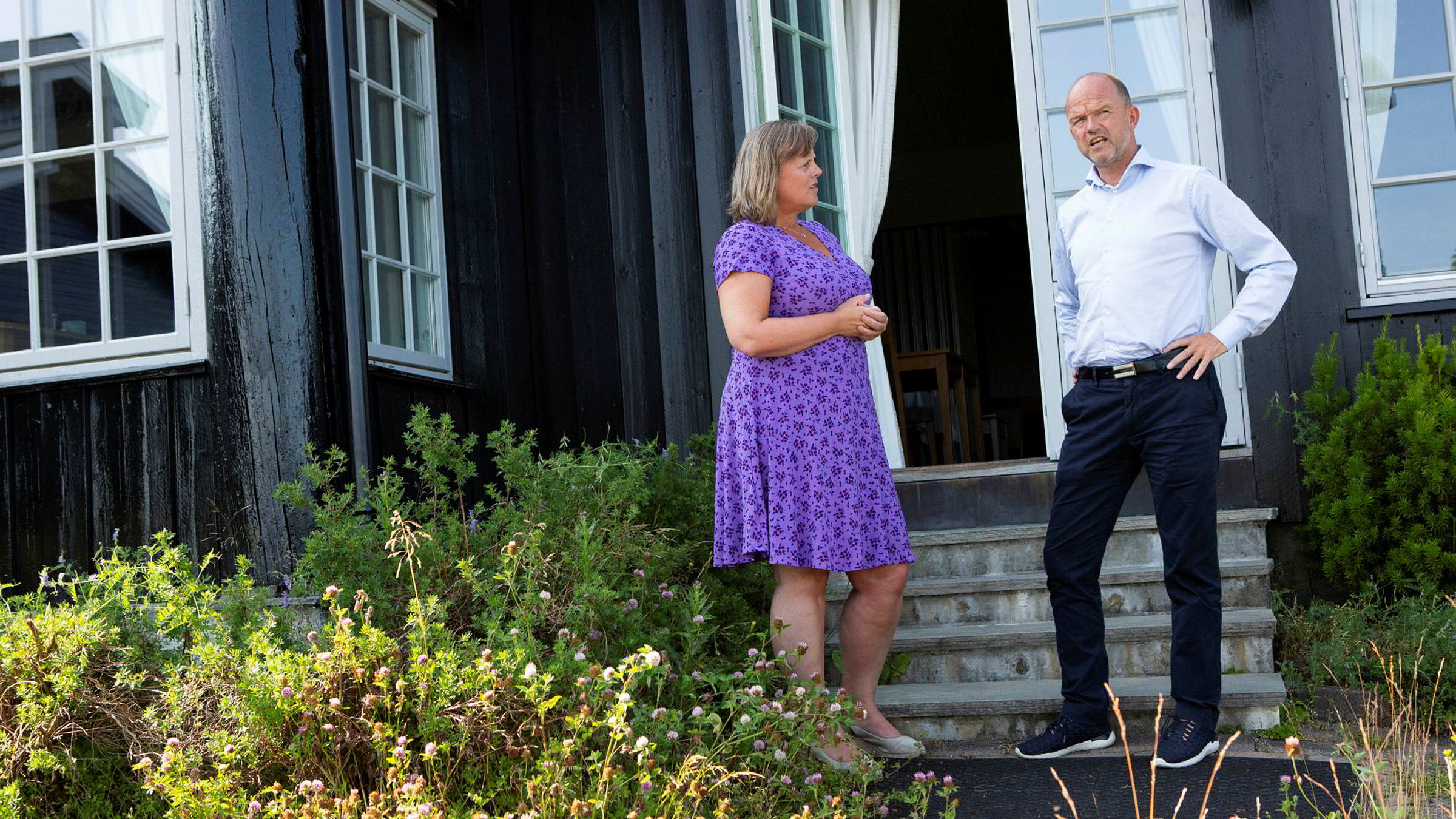 Hotellsjef Merete Emanuelsen tar imot NHO-sjef Ole Erik Almlid på nedstengte Leangkollen konferansehotell.