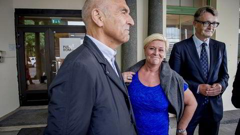 Forretningsmennene Arthur Buchardt (til venstre) og Øyvind Eriksen flankerte finansminister Siv Jensen og lånte henne genser, etter at hun tirsdag annonserte at staten vil bygge ny kreftklinikk til 3,1 milliarder.