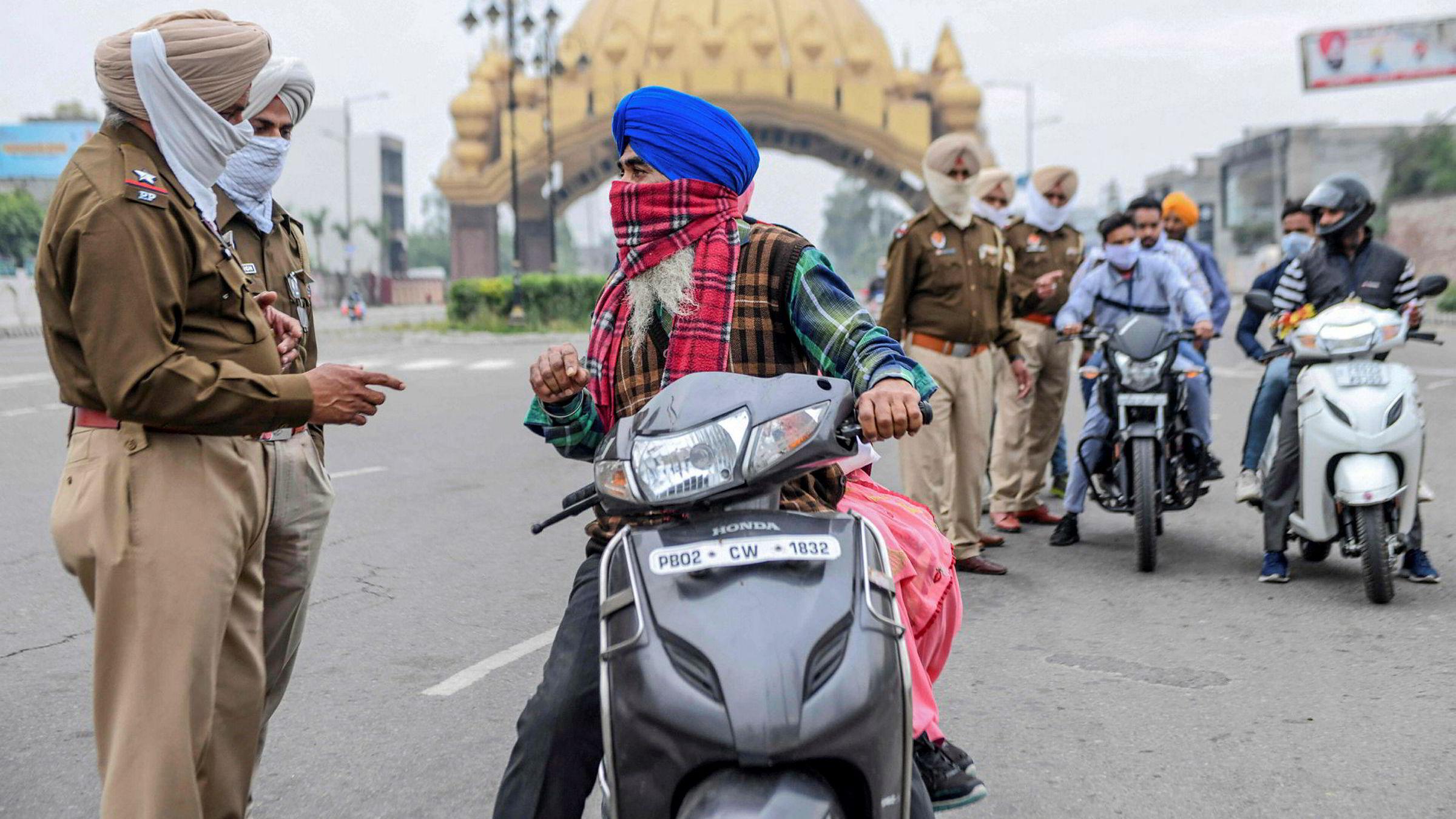 Politi er satt inn i India for å be befolkningen om å holde seg innendørs. Det har foreløpig vært svært begrenset bekreftet spredning av koronaviruset.