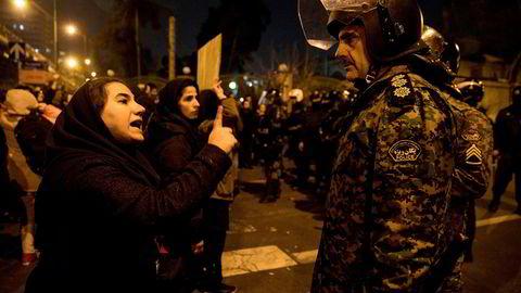 Det statsstøttede iranske nyhetsbyrået Isna rapporterte fra protestene i Iran i helgen, her etter en lysseremoni til minne om de 176 som mistet livet da et passasjerfly ble skutt ned av et iransk luftvernmissil.