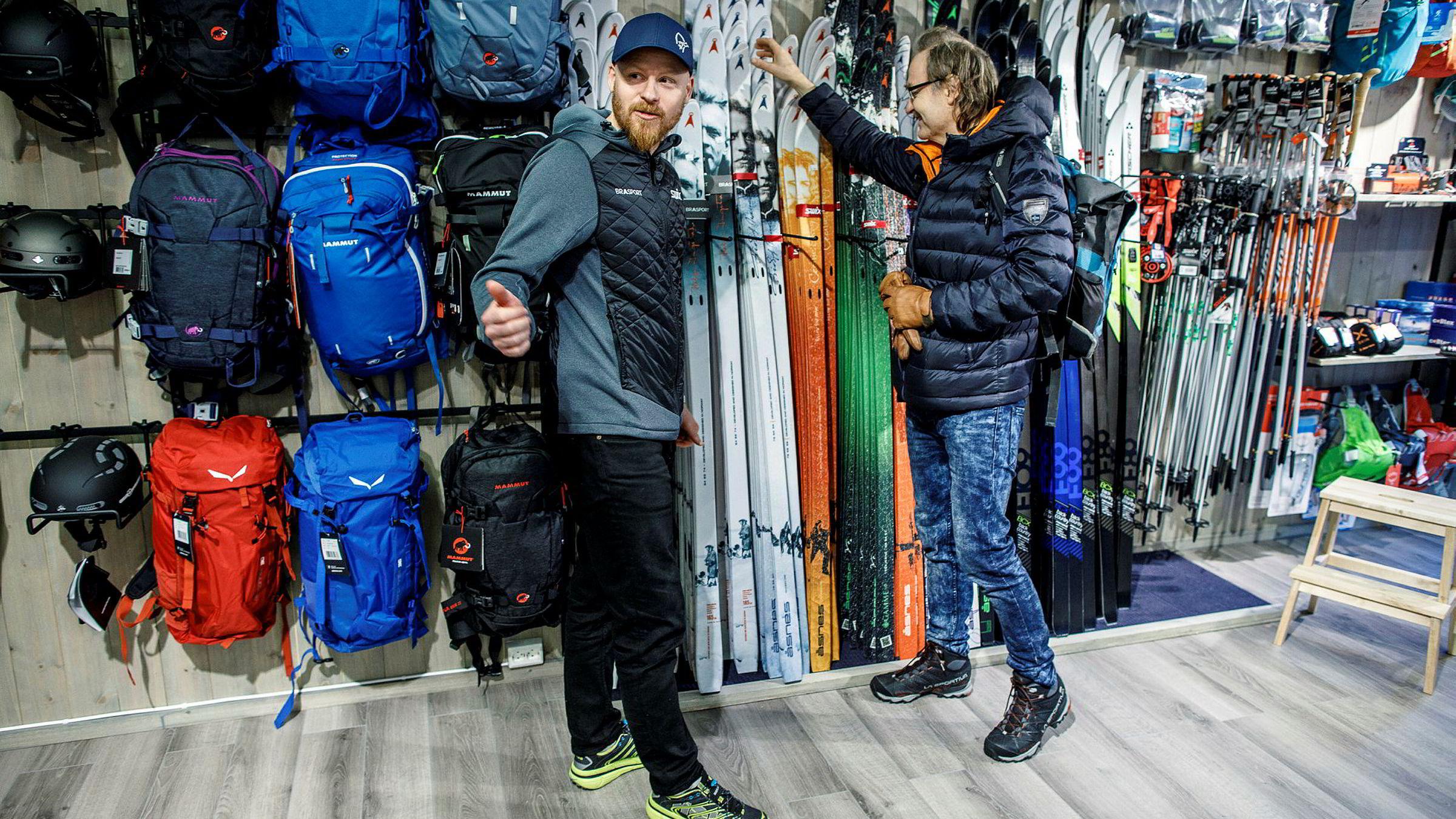 Kjetil Engja er fristet til å handle mer nytt utstyr på nyåpnede Braa Sport, der han får hjelp av butikksjef Andreas Håland. Engja trenger bare gå noen få meter før han har ytterligere tre sportsbutikker å velge fra.