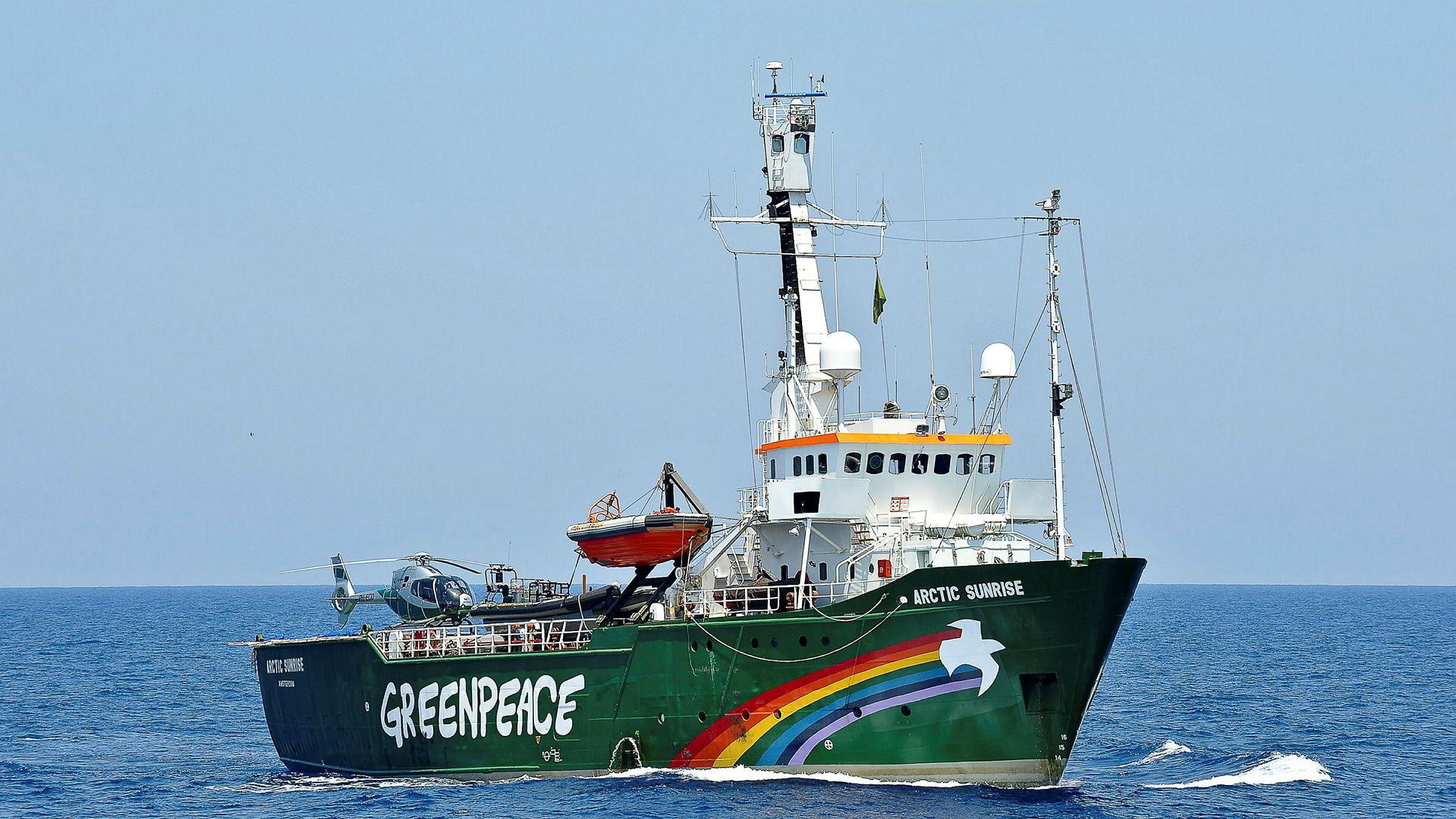 Greenpeace vil vise sin motstand overfor Statoils nordlige oljeplaner og vurderer å sende et av sine internasjonale skip til området Korpfjell der riggen «Songa Enabler» skal bore.