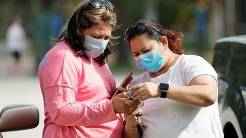 I Harris County i Texas, hvor storbyen Houston ligger, er det innført påbud om å bruke munnbind for de som er i nær kontakt med andre frem til 26. august. Det har vært en kraftig økning i antall smittede fra koronaviruset i USA.