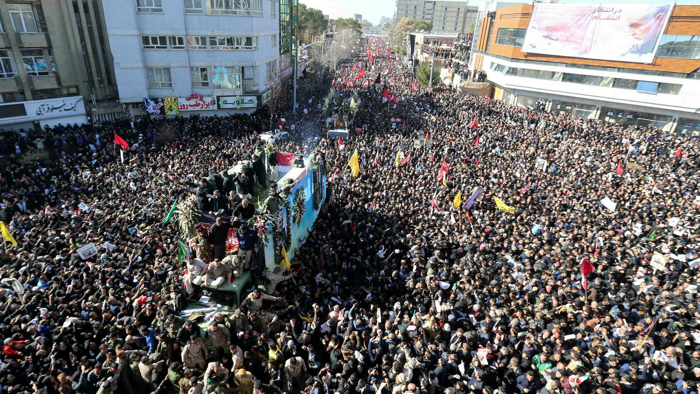 Hundretusener av iranere deltok i sørgehøytiden for general Qasem Soleimani, her i hans hjemby Kerman. Nå loves hevn etter USAs drap på en nøkkelmann i det iranske regimet.
