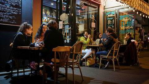 Folk nøt siste kveld med sosialt samvær på en bar i Paris torsdag kveld, timer før nedstengningen trådte i kraft.