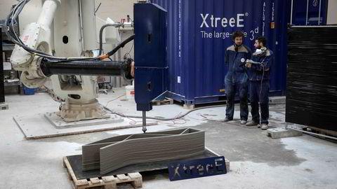 Ved å lage reservedeler med 3D-printere, kan det i flere tilfeller bli billigere å reparere maskiner enn å skrote dem, mener artikkelforfatterne. Her en 3D-robotarm tilhørende den franske selskapet ExtreeE, som er i ferd med å printe ut en betongvegg. Veggene skal brukes til å bygge hus i den franske byen Reims.