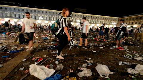 Juventus-supportere leter etter personlige eiendeler etter at det brøt ut full panikk på torget i Torino rett før slutt i forbindelse med Champions League-finalen mellom Juventus og Real Madrid.