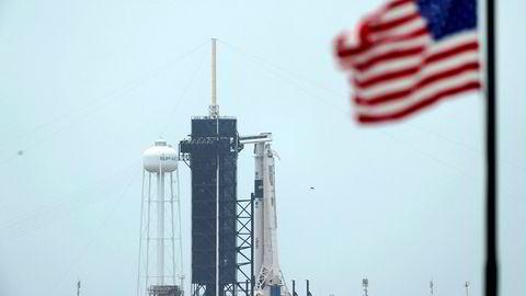 SpaceXs Falcon 9-rakett med Crew Dragon-fartøyet i toppen står klar til onsdagens planlagte oppskyting på rampe 39A ved Kennedy Space Center i Florida.