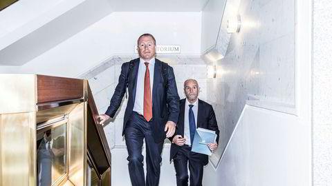 Nicolai Tangen er på plass i Norges Bank for å gjøre seg kjent med forvaltningen og organisasjonen. Bak Norges Banks kommunikasjonsdirektør Runar Malkenes.