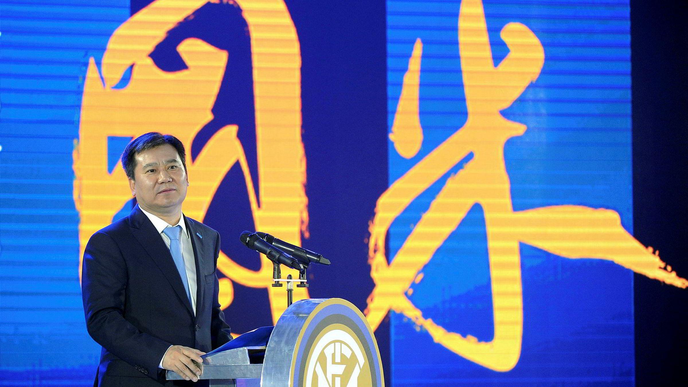 Kinesiske selskaper ekspander over hele verden med historisk store oppkjøp for å sikre seg teknologi, kompetanse og merkevarer – støttet med statlig finansiering. Suning Holdings Group har kjøpt den italienske fotballklubben Inter Milan. Nå setter USA og EU på bremsene.
