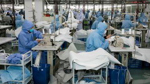 Et stort antall kinesiske fabrikker har holdt stengt siden før kinesisk nyttår. Nå skal de gjenåpne. En fabrikk som tidligere produserte sportsutstyr i Wuxi har skiftet produksjon til å beskyttelsesdrakter for helsepersonell.