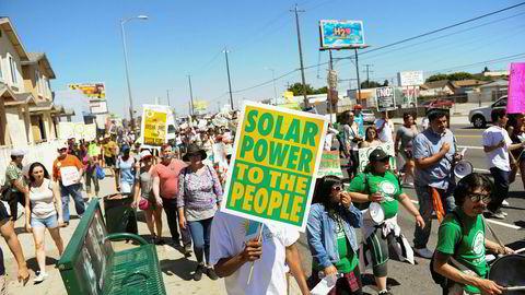 Sterke reaksjoner også i USA på at Donald Trump trekker seg fra Parisavtalen. På bildet demonstrerer folk for klima og mot bygging av et oljeraffineri iWilmington i Los Angeles den 29. april.