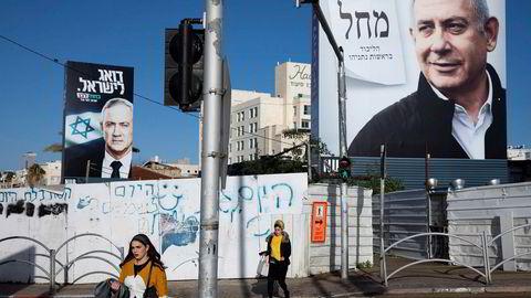 Valgkampplakater visestatsminister Benjamin Netanyahu til høyre og Benny Gantz til venstre i Bnei Brak i Israel. F