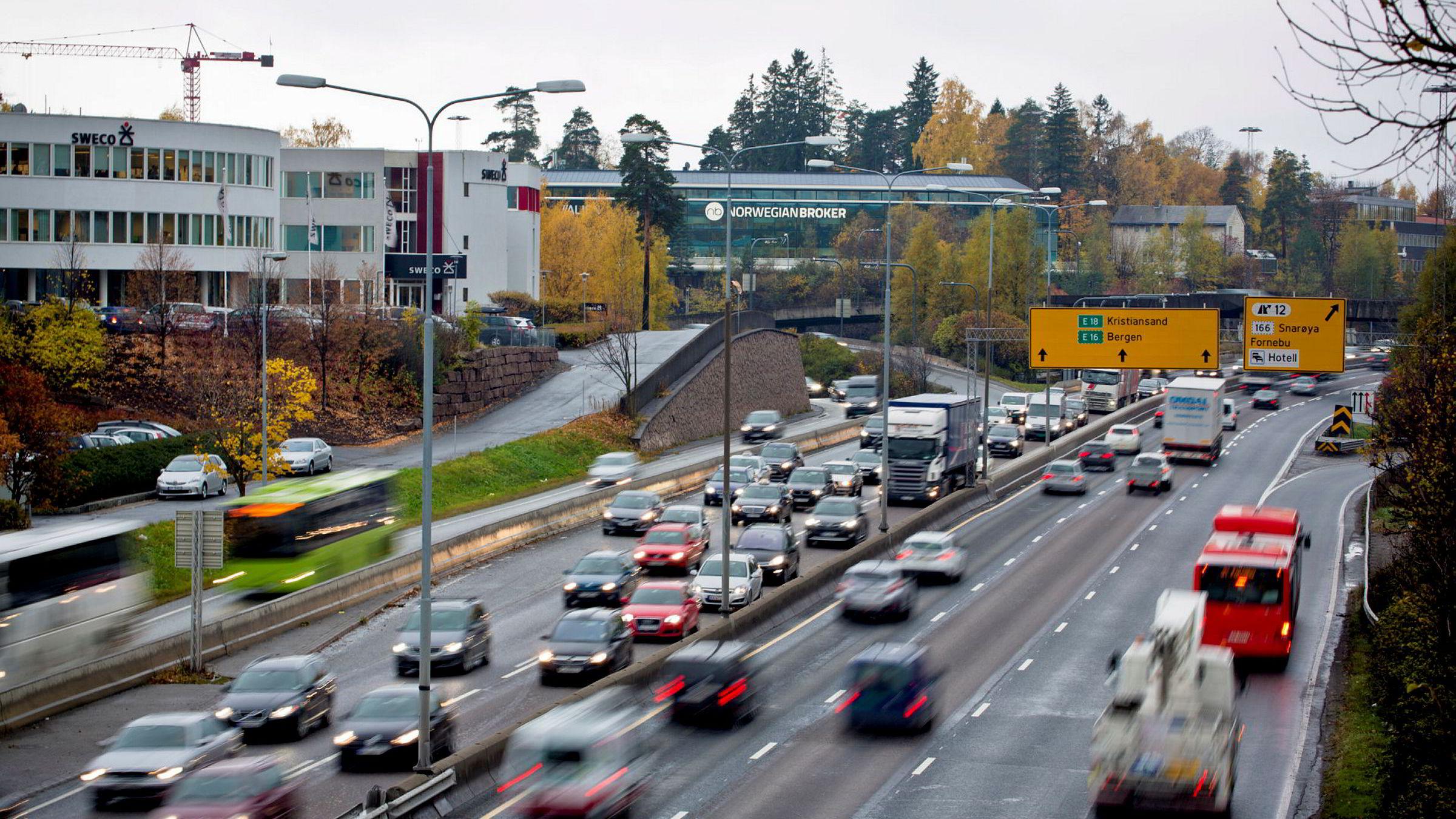 E18 inn mot Oslo skal bygges ut for flere titall milliarder. Sannsynligvis kan vi forbedre trafikkflyten med langt mindre ressurser, skriver Morten Welde. Her E18 sett fra Lysaker-lokket.