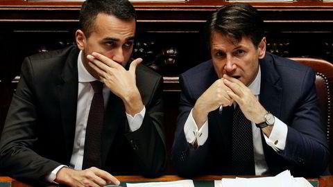 Statsminister Giuseppe Conte (t.h.) og arbeidsminister Luigi Di Maio (t.v.) før tillitsvotumet i deputertkammeret onsdag. Dagen før fikk regjeringen grønt lys av senatet. Foto: Gregorio Borgia / AP / NTB scanpix