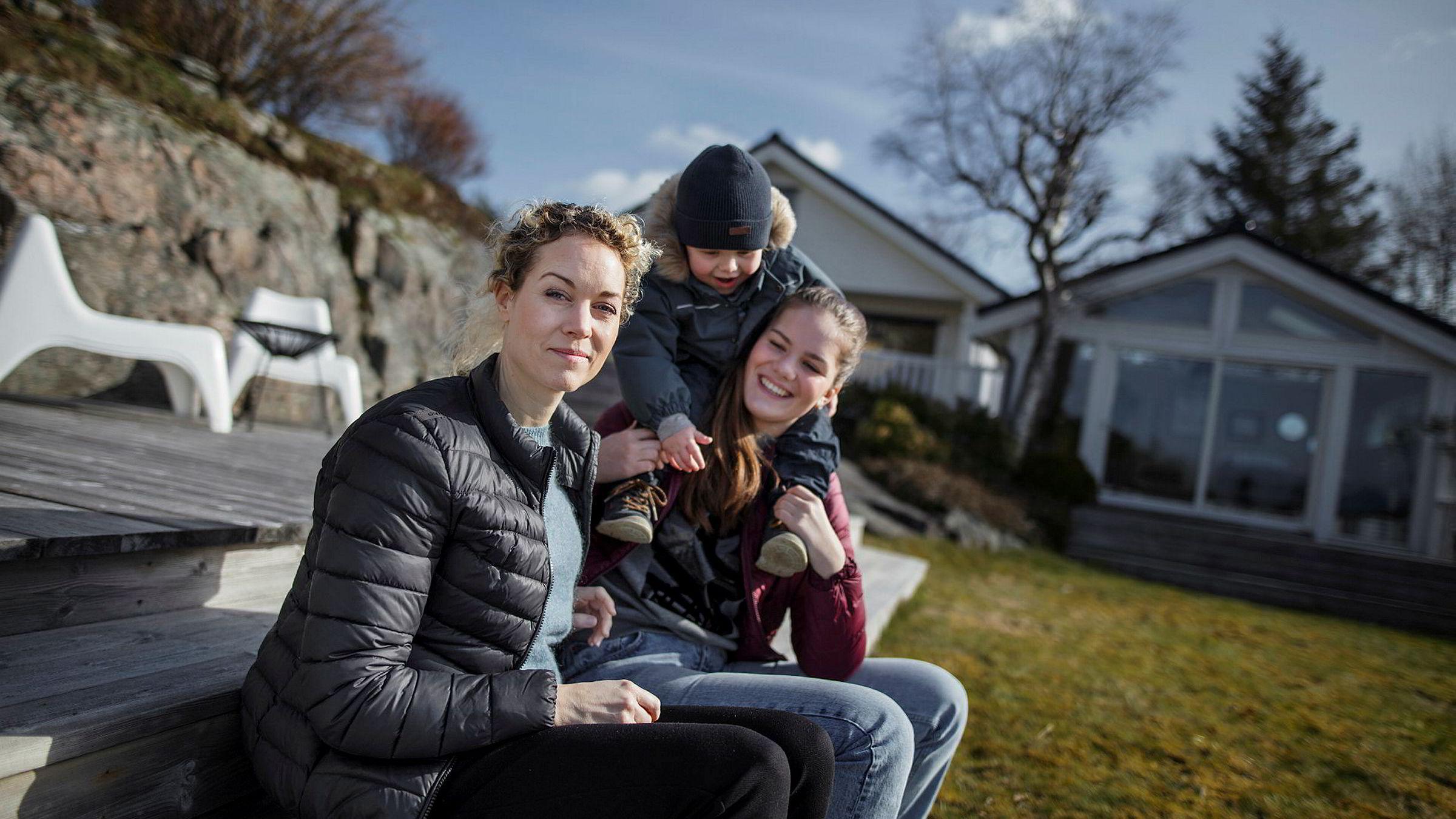 Veronica H. Endresen (39) fra Ålesund var inntil forrige uke daglig leder i en Riccovero-butikk før kleskjeden gikk konkurs. Hun er bekymret for at det vil bli tøft å finne ny jobb igjen raskt. Her er hun hjemme i hagen sammen med to av barna, Marcus Endresen (snart 2 år) og Angelica Endresen (14).