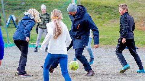 Også utdannelsespolitikken kan være i spill etter Fremskrittspartiets regjeringsexit. Partiet venter i spenning på om KrF hopper av avtalen om fritt skolevalg. Kronprins Haakon spiller fotball under besøk i Lom.