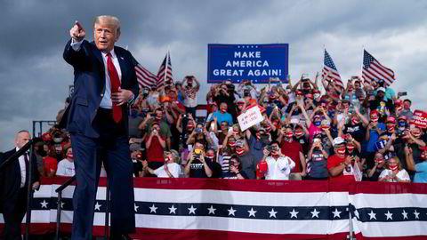 President Donald Trump under et valgkampmøte på Smith Reynolds Airport tirsdag