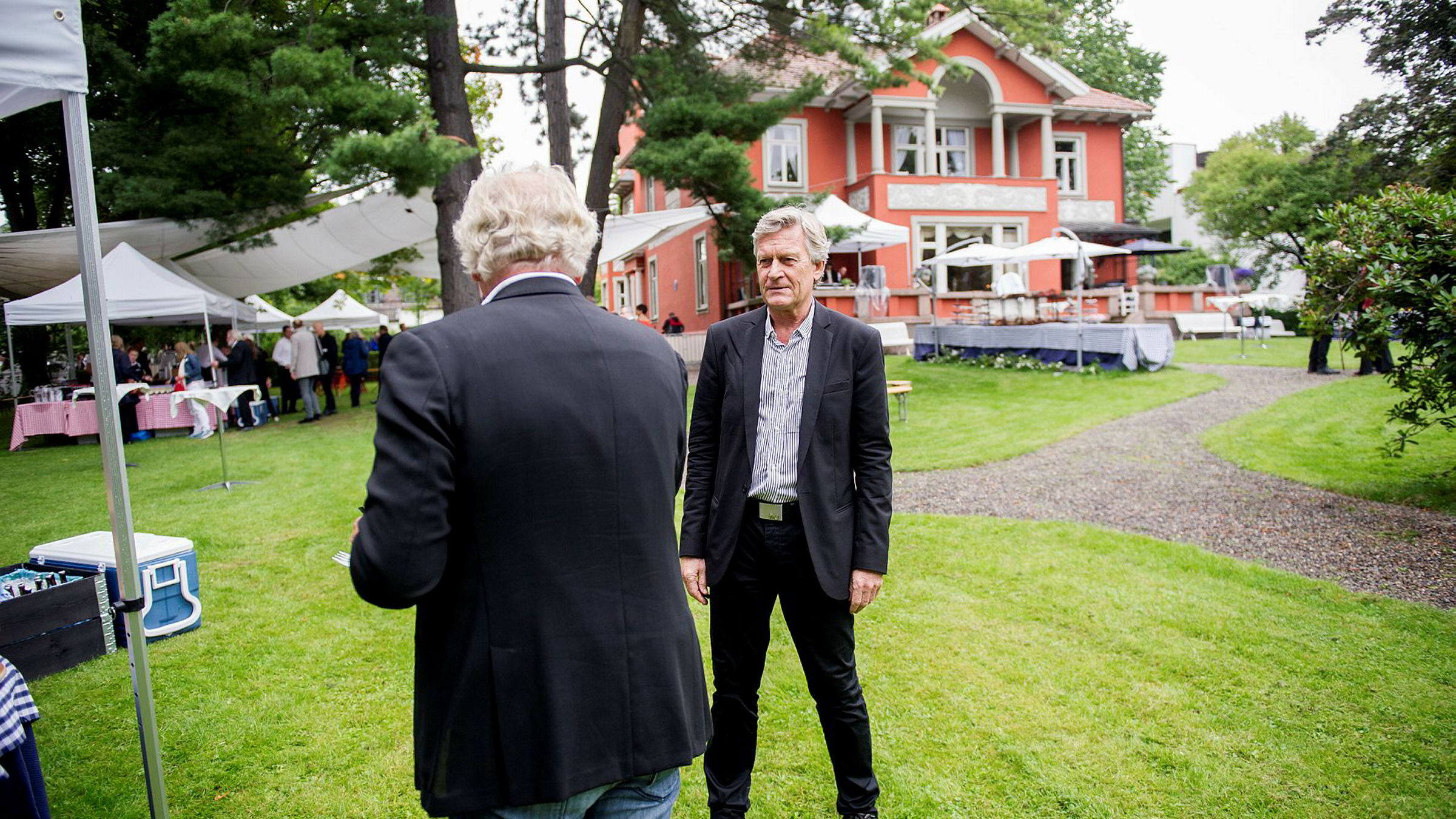 Forleggerforeningens Kristenn Einarsson møter William Nygaard (med ryggen til) på den årlige hagefesten utenfor Aschehougs villa.