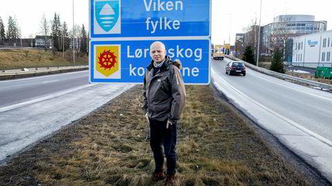 Senterpartiets leder, Trygve Slagsvold Vedum, foran skiltet med Viken Fylke på grensen mellom Oslo og Akershus.
