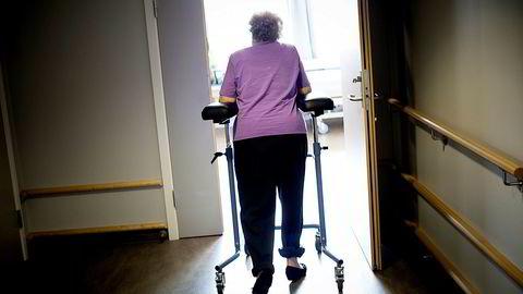Hadde jeg fått velge for min mor, ville jeg valgt at hun var på et åpent sykehjem der de nærmeste kunne besøke eller i det minste ta henne med på tur, skriver Helene Jebsen Anker i innlegget. Illustrasjonsfoto.