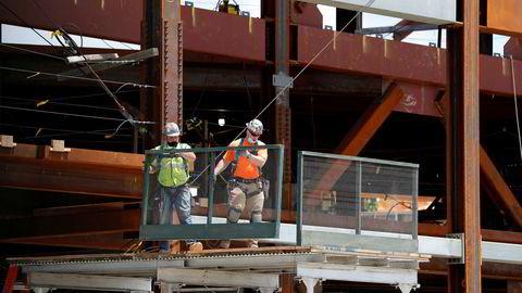 Arbeidsledigheten i USA stiger, men alt er ikke mørkt. Her er anleggsarbeidere tilbake for å bygge ny arena for ishockeylaget New York Islanders i Elmont på Long Island.