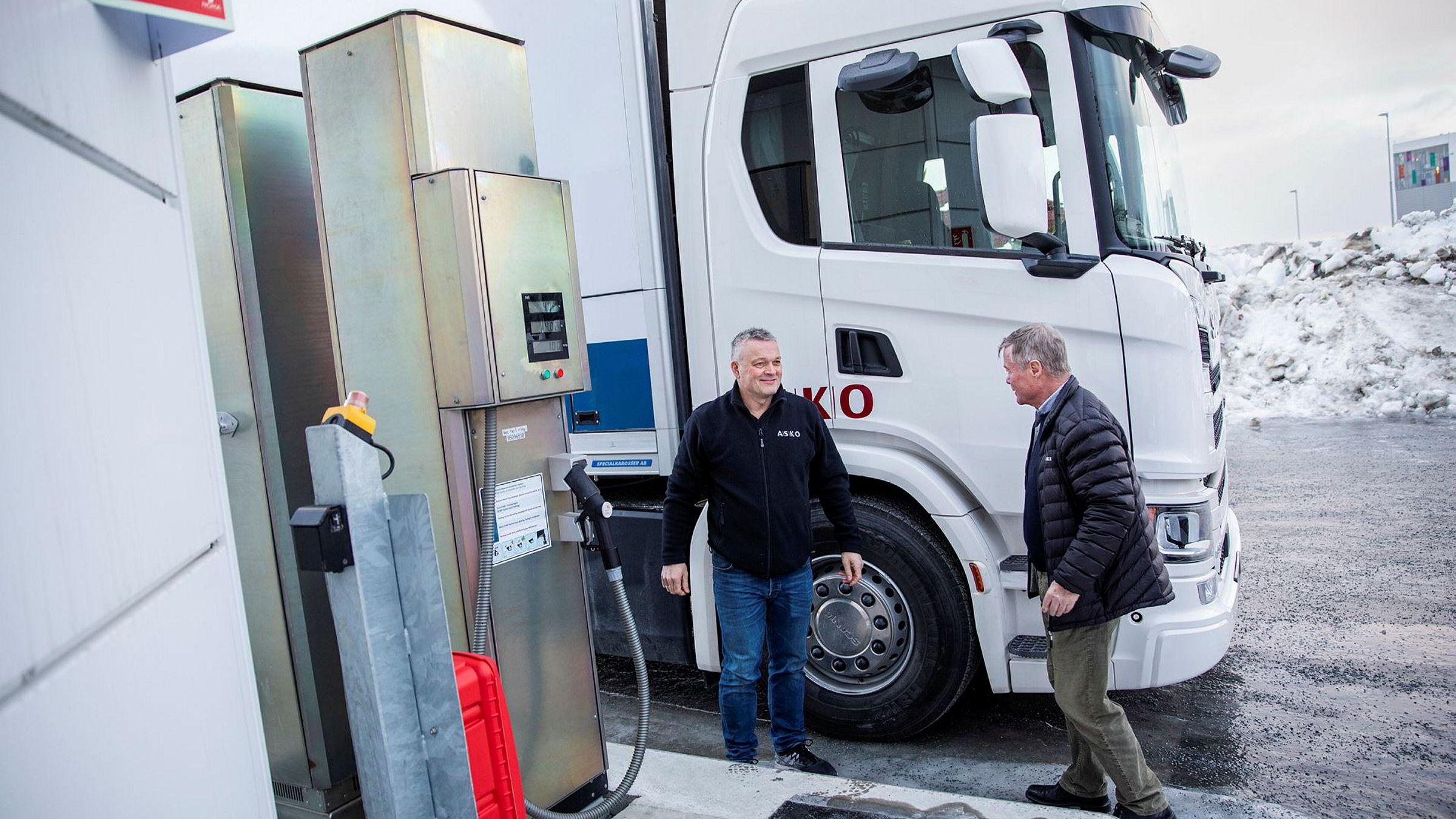 Styreformann i Asko Torbjørn Johannson (til høyre) og Roger Sæther demonstrerer tankanlegget i Trondheim hvor det fylles gass på en ny hydrogenlastebil.