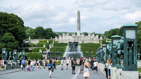 Turister kikker på skulpturene i Frognerparken i Oslo. Sommeren gikk bedre enn ventet for den norske reiselivsnæringen, men frykten er at høsten blir tung. Mandag kommer det mer krisehjelp.