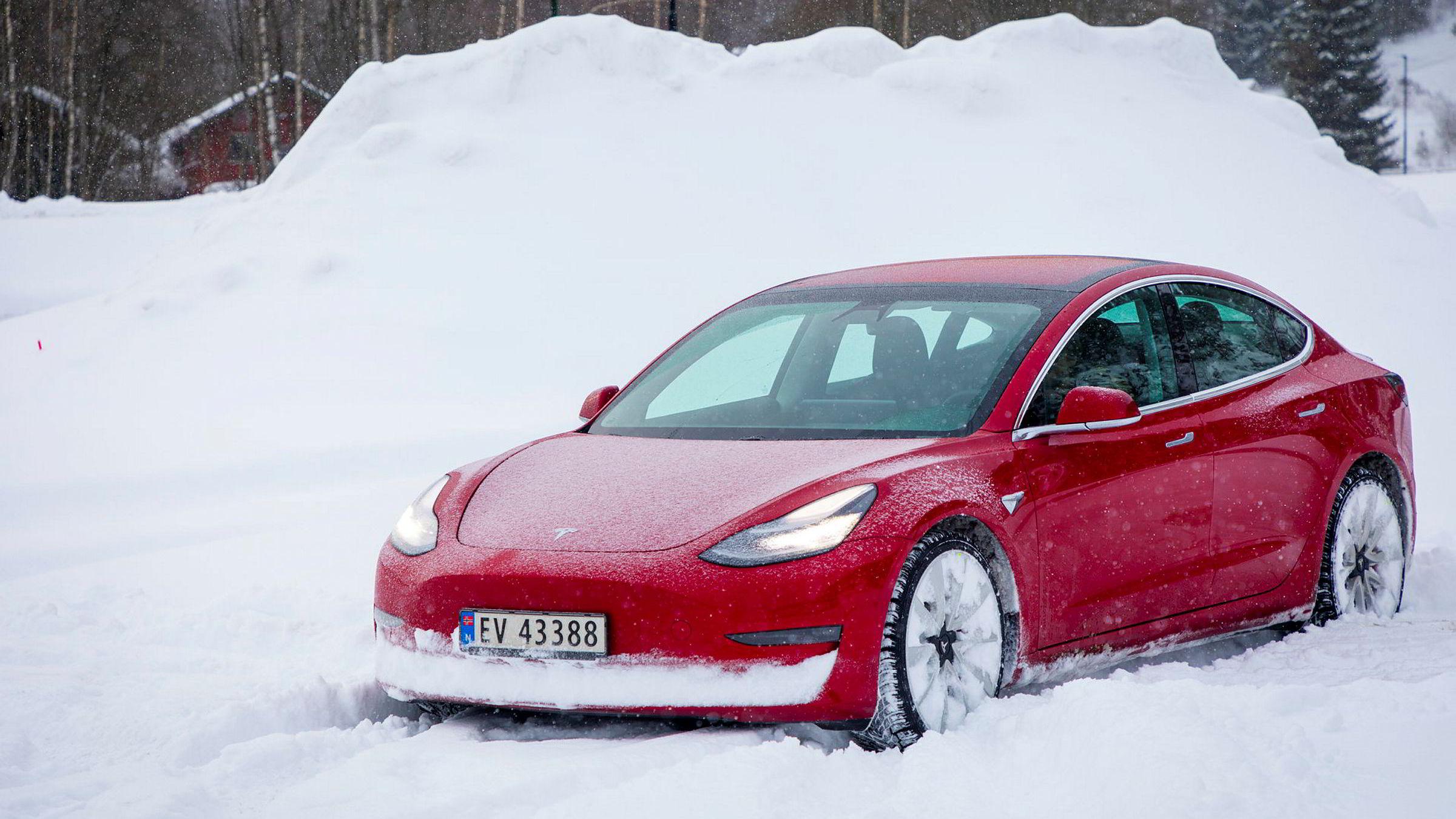 Tesla startet utleveringene av Model 3 i februar, og er årets soleklart mest populære bil.