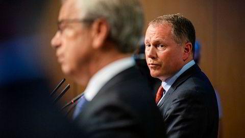 Nicolai Tangen (til høyre) og Øystein Olsen holder her pressekonferanse om Tangens ansettelsesavtale 30. juni. Mandag skal stridstemaene belyses i høring i Stortinget.