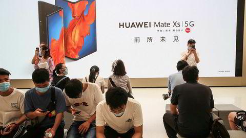 Huawei får følge av 19 andre kinesiske selskaper som det amerikanske forsvarsdepartementet Pentagon mener eies eller er kontrollert av det kinesiske militæret. Huawei åpnet onsdag flaggskiputsalg i Shanghai i et forsøk på å styrke grepet om hjemmemarkedet.