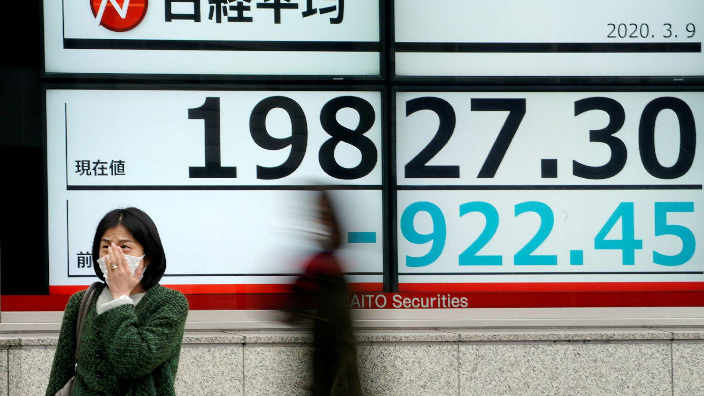 Da handelen startet ved Asia-børsene mandag morgen, pekte pilene ned umiddelbart. Nikkie-indeksen ved Tokyo-børsen har falt med nesten 20 prosent siden januar. Det er en bred nedgang i hele Asia. Dette ventes å fortsette i Europa og resten av verden.