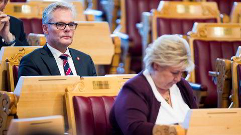 Frps Hans Andreas Limi (t.v.) ga fredag Høyre beskjed om at partiet krevde at statsminister Erna Solberg (H) (t.h.) skulle vurdere fiskeriminister Geir Inge Sivertsens (H) stilling. Arkivfoto fra trontaledebatten.