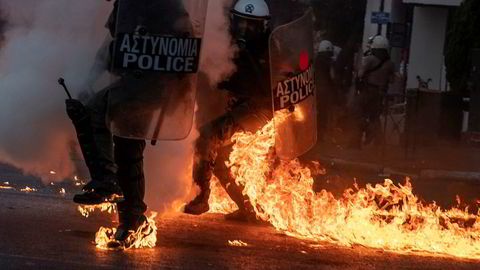 Opprørspoliti måtte prøve å komme seg unna brannbomber i Aten