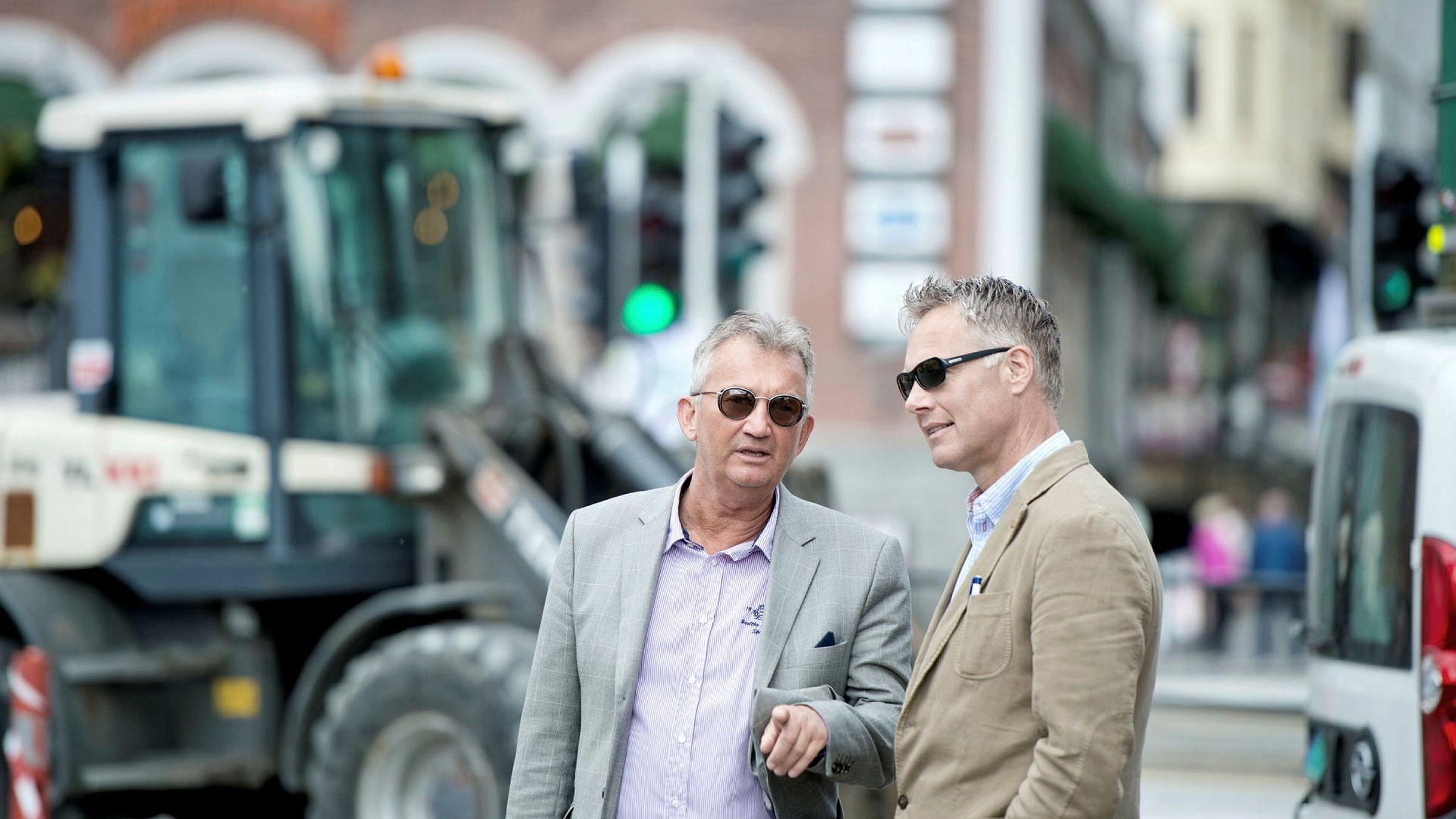 Eiendomsinvestorene Tom Rune Pedersen (til venstre) og Geir Hove er svært mediesky, og har sjelden stilt opp på bilder. Her er de avbildet under en rettsbefaring på Zachariasbryggen i Bergen.