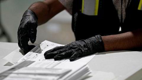 USAs høyesterett lar valgmyndighetene i North Carolina motta og gjøre opptelling av poststemmer fram til 12. november. Her forberedes poststemmer på utsendelse ved valgkommisjonen i Raleigh i North Carolina.