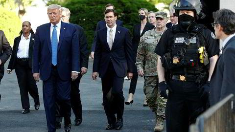 President Donald og forsvarsminister Mark Esper på vei til den omstridte fotoseansen ved St. John's-kirken i Washington.