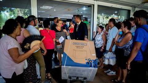 En kunde har kjøpt en ny fryseboks i en dollarbutikk i Havanna, der et debetkort til å bruke penger sendt fra slektninger i utlandet er blitt populært. USA har satt bedriften som utsteder debetkortet, på sin svarteliste over cubanske bedrifter.