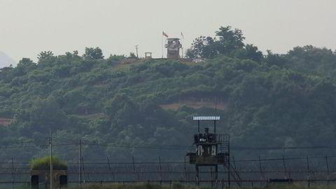 Nordkoreansk utkikkspost i bakgrunnen og sørkoreansk utkikkspost i forgrunnen. Kim Jong-un har besluttet å utsette planlagte militære handlinger mot Sør-Korea, ifølge KCNA.