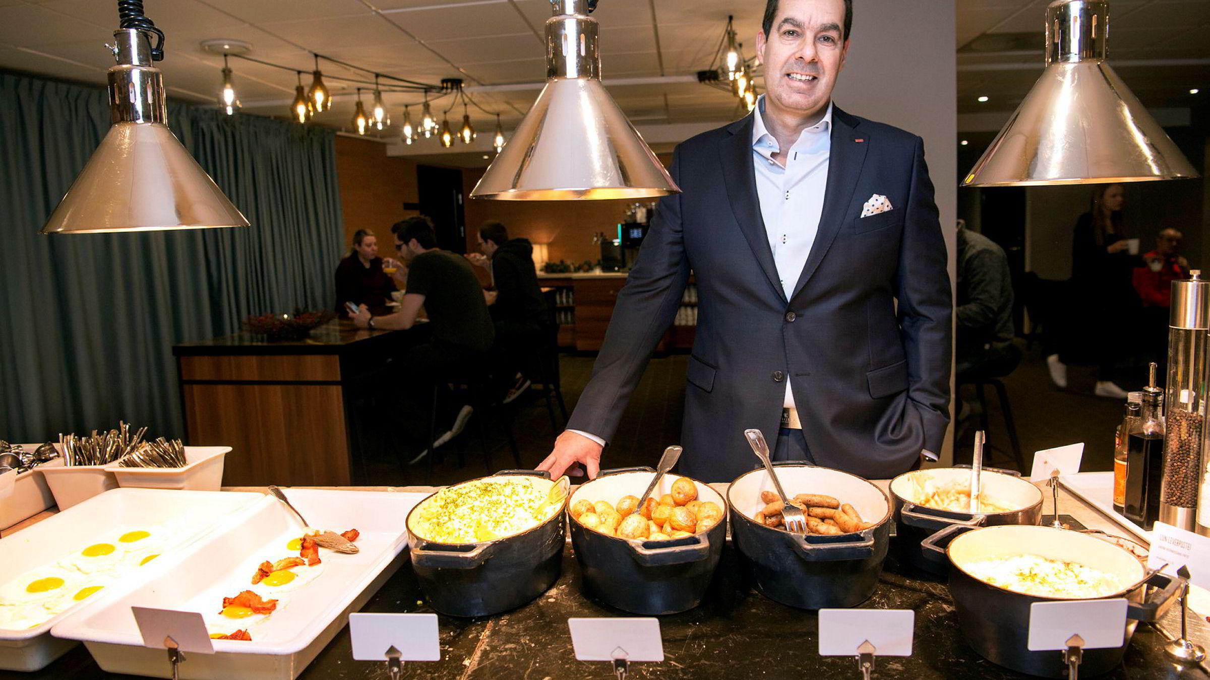 Morten Malting, direktør for mat og drikke i Scandic hotels, veier og sjekker tallerkenene som står igjen etter frokostgjestene for å kaste mindre mat.