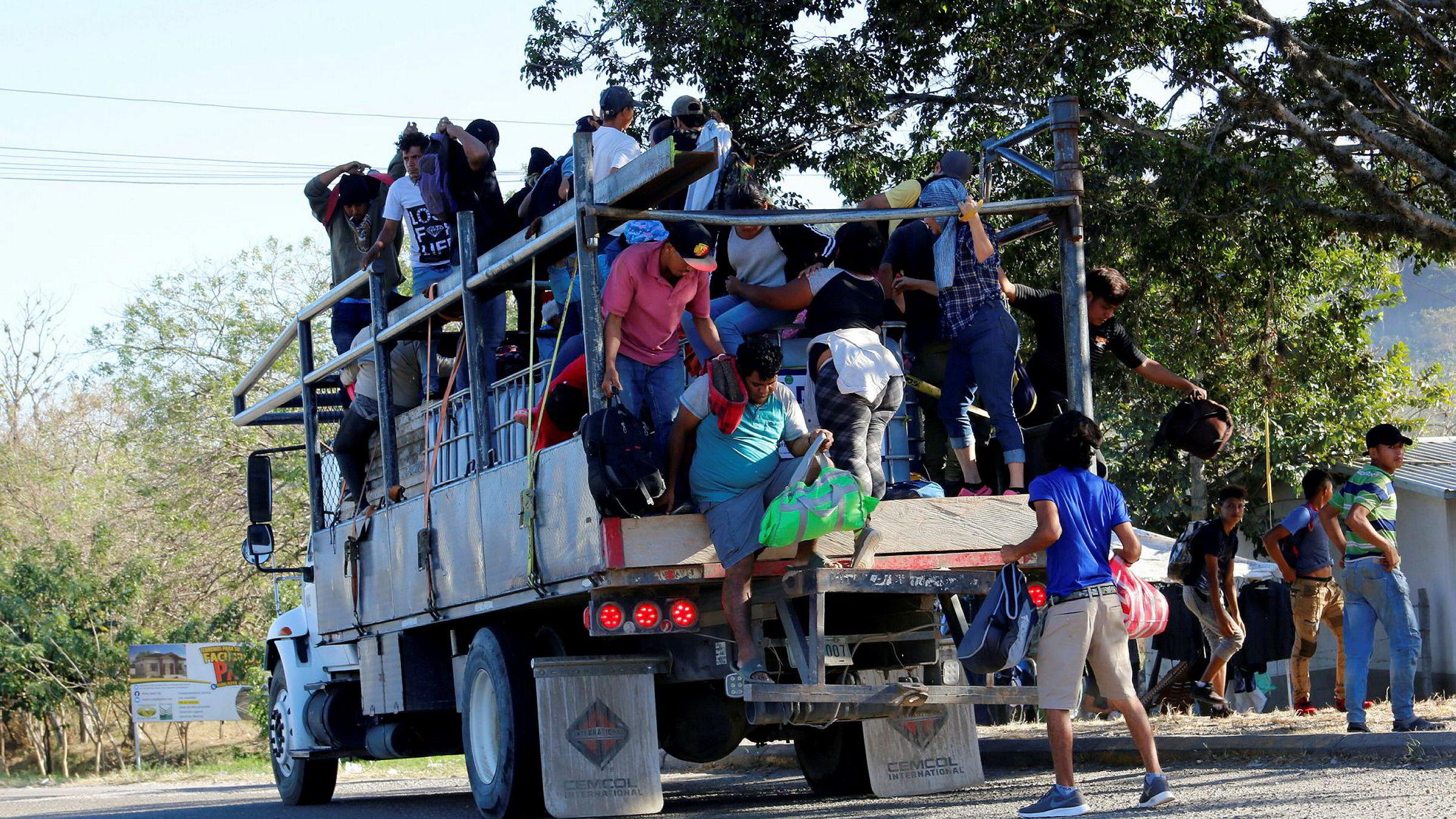 Hundrevis av migranter fra Honduras kom seg gjennom grensen til Guatemala på onsdag. De har som mål å nå USA med en ny karavane.