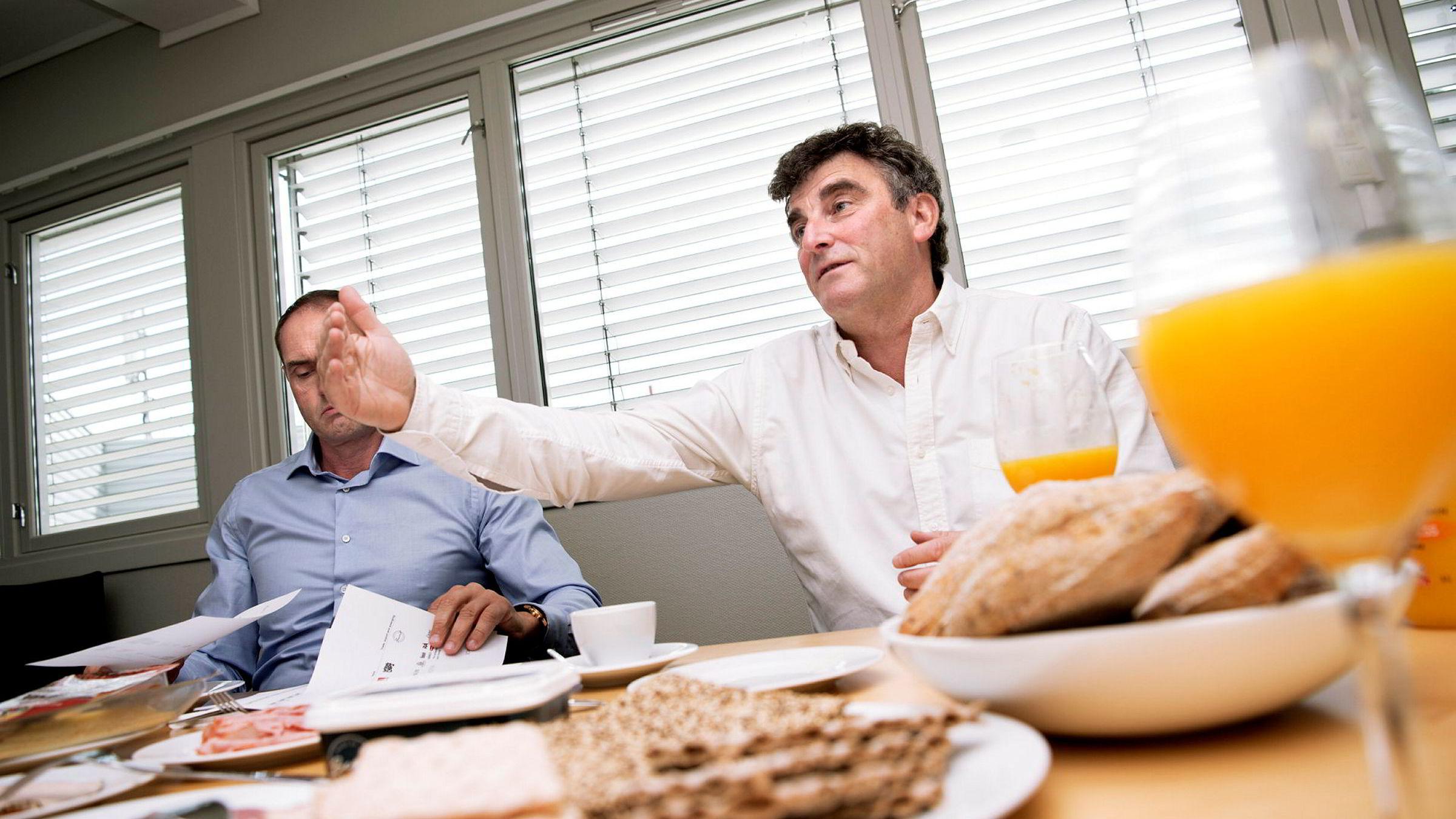 Gründerne Stig Sunde og Jan Bodd dekker et helt frokostbord med produkter som nå hører inn under Scandza-paraplyen etter oppkjøpsbølgen de siste årene.