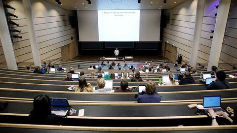Fravær av dialog med forelesere og medstudenter var en av de største årsakene til den lave scoren i en dansk studentundersøkelse, skriver artikkelforfatterne.