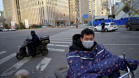 For første dag er flere pasienter friskmeldte fra koronaviruset enn nye smittetilfeller i Kina. Gatene er folketomme i kinesiske byer. Det er høy aktivitet hos selskaper som leverer mat på døren.