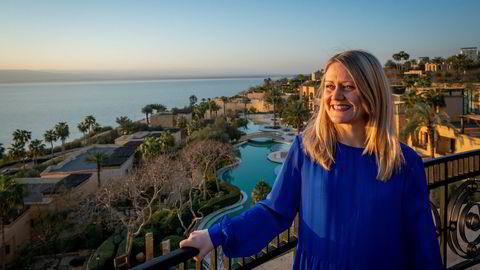Leder Astrid Bergmål i Reise Virke nyter utsikten ved Dødehavet. Under turen har de stilt tydeligere miljøkrav enn tidligere til jordanske reiseoperatører som vil lokke til seg norske turister.