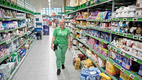 Butikksjef Carina Andresen på Kiwi Borg i Sarpsborg opplevde tilstrømningen av kunder i mars som utfordrende, til hun fikk på plass ti nye tilkallingsvikarer. – Vi er heldige med de vi har fått tak i. Jeg er utrolig stolt av dem som bare er blitt kastet inn i dette, sier hun.