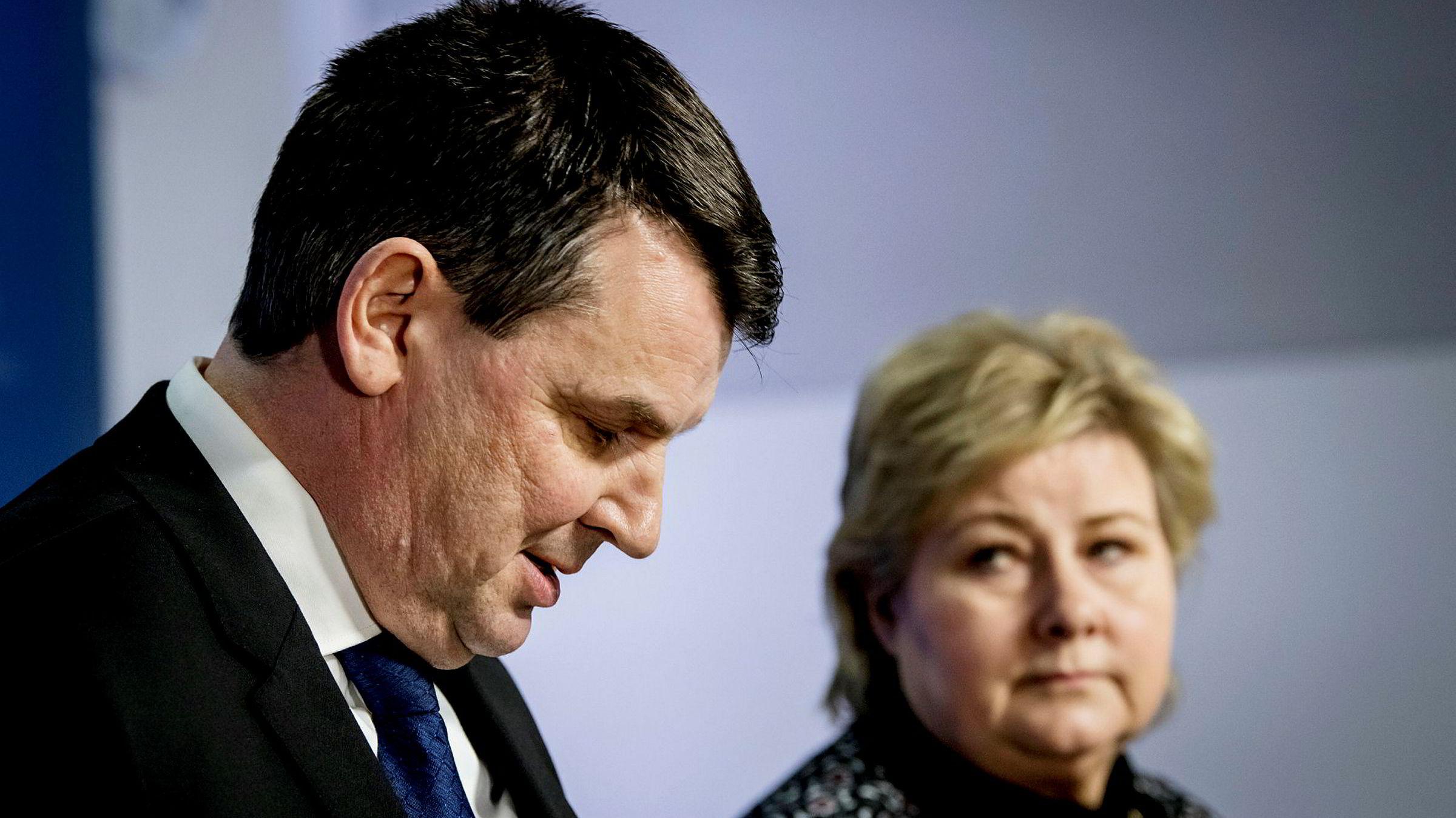 Tor Mikkel Wara under pressekonferansen med statsminister Erna Solberg, der han fortalte pressen at han går av som justisminister.