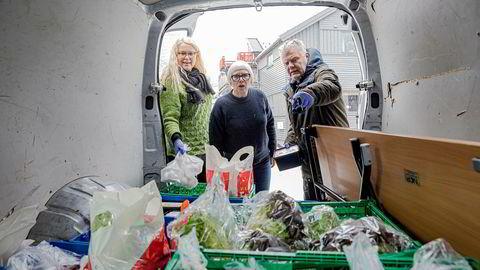 Matutdeling kan bli rammet av utbyttestopp. Bymisjonsprest Birgit Lockertsen, barne- og familiearbeider Astrid Mikalsen og gruppeleder Stein Erik Nilsen pakker mat som skal kjøres til de som trenger det. De frykter for videre drift om donasjonene tørker inn.