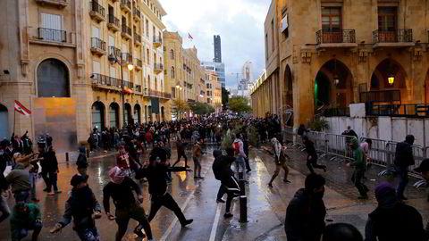 Den nye regjeringen i Libanon er blitt møtt med protester og nye sammenstøt. Flere hundre demonstranter samlet seg onsdag ettermiddag rundt parlamentsbygningen i Beirut.