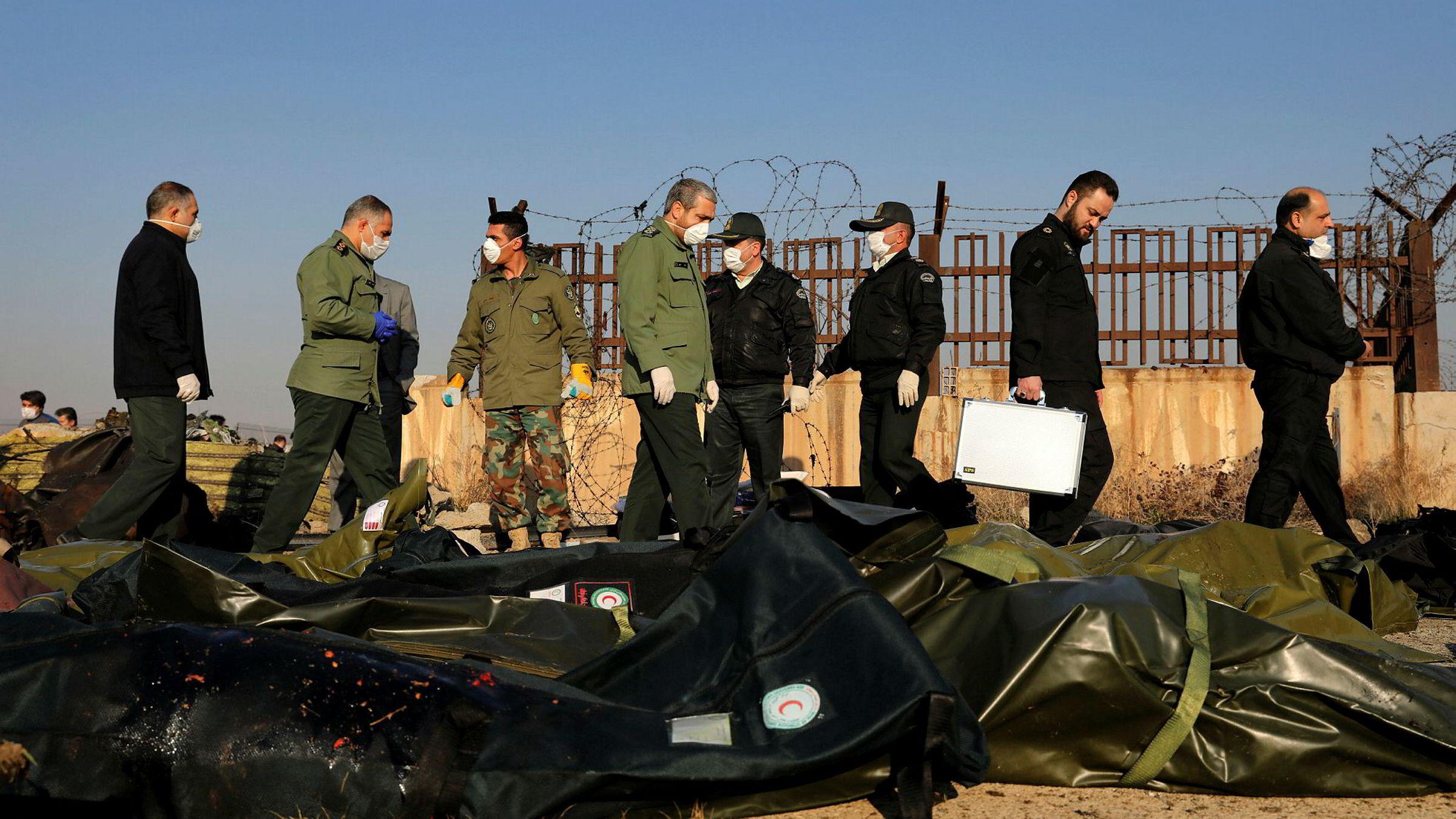 Iransk sikkerhetspersonell jobber på stedet der et ukrainsk Boeing-fly styrtet tidlig onsdag morgen. Foto: Ebrahim Noroozi / AP / NTB scanpix